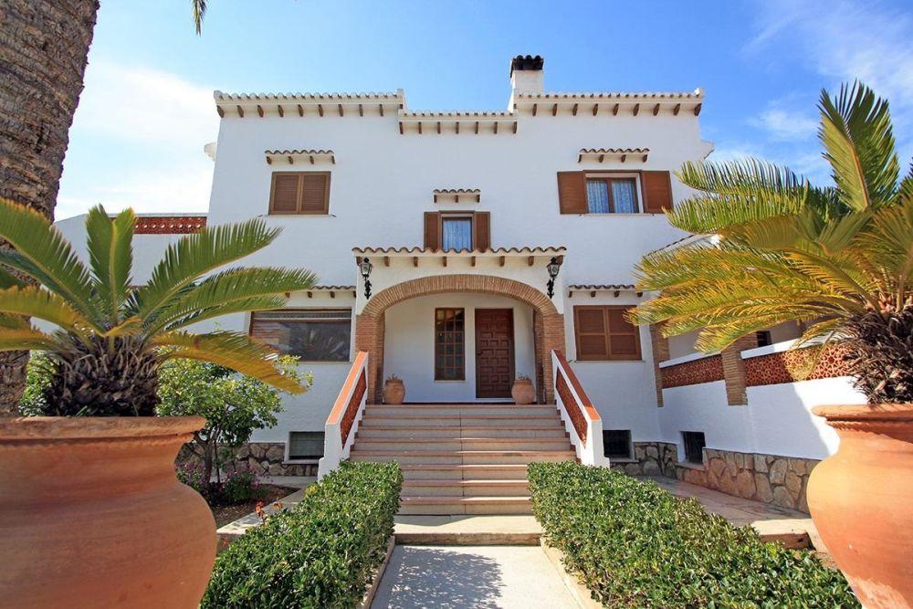 Villa med restaurang och lägenhet nära Dénia